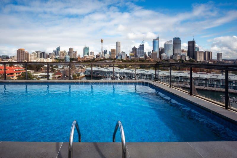 从屋顶上面游泳池的独特的悉尼CBD视图 库存照片