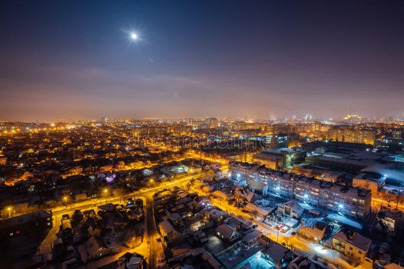 从屋顶的夜沃罗涅日空中都市风景 住宅区 在城市月亮之上 库存照片