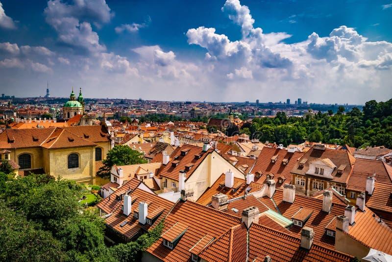 从屋顶的布拉格城堡的看法 库存图片