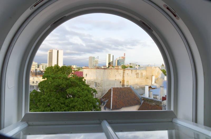 ?? 从屋顶窗口的看法在老镇和现代房子的屋顶距离的 免版税库存照片