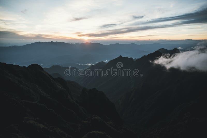 从山的令人惊讶的日出视图 在山后的太阳落山 从一座高山的顶端看法对谷盖与 免版税库存照片