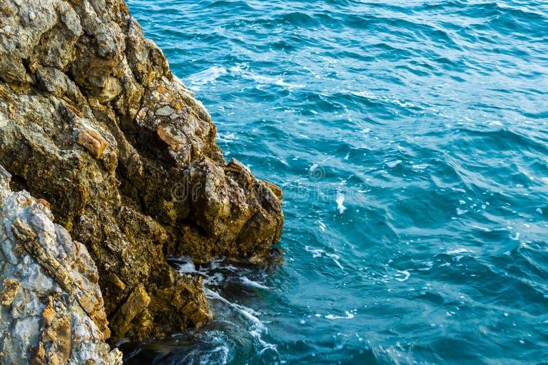 从山的海视图 峭壁下降入海 的adolphe 库存图片