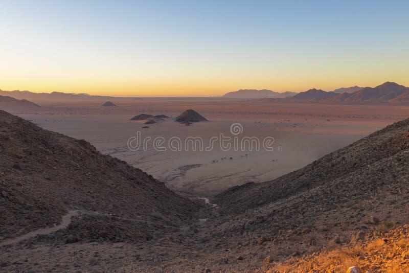 从山的看法在沙漠飞机上 库存照片