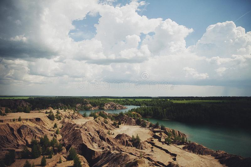 从山的顶端美好的夏天风景 免版税库存图片