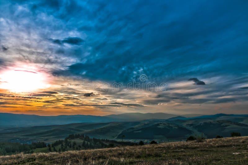 从山的顶端风景日落视图 免版税库存照片