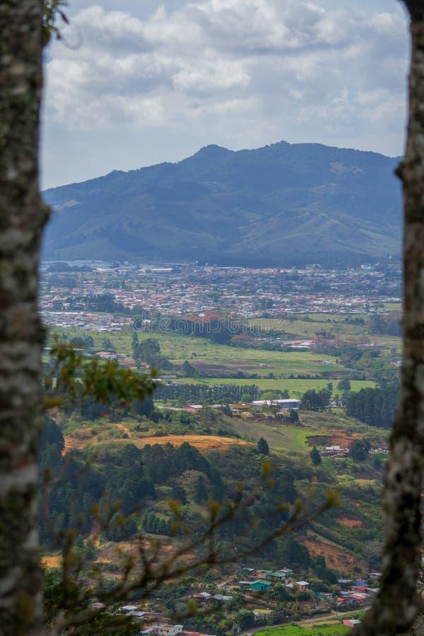 从山看见的小镇 库存图片