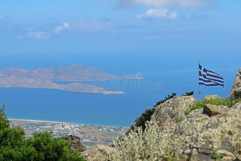 从山dikeos到希腊山顶旗子和神色的看法向海在Kos,希腊 免版税库存图片
