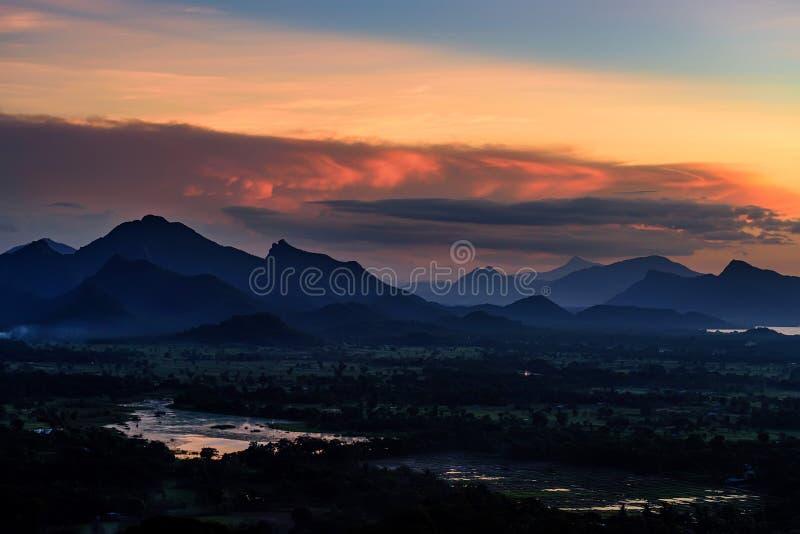 从岩石堡垒观看的惊人的日落锡吉里耶 免版税图库摄影