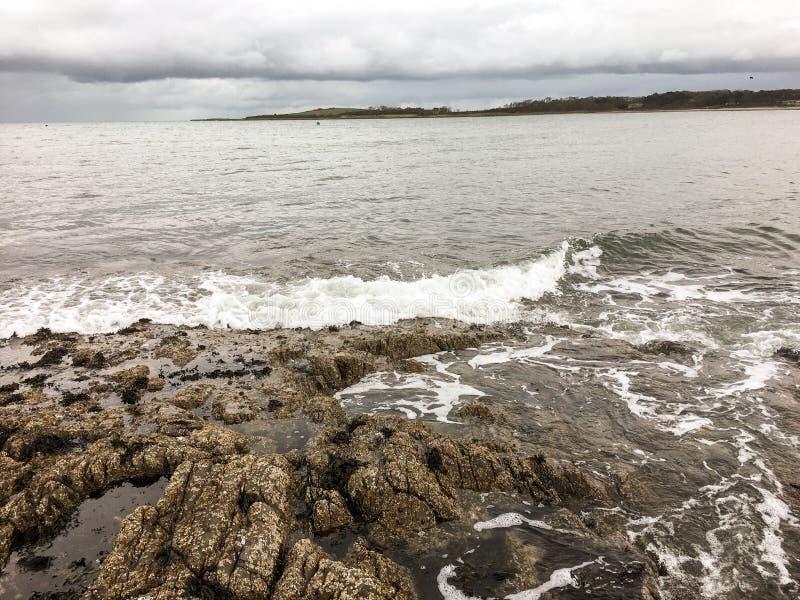 从岩石的看法横跨海湾 库存照片