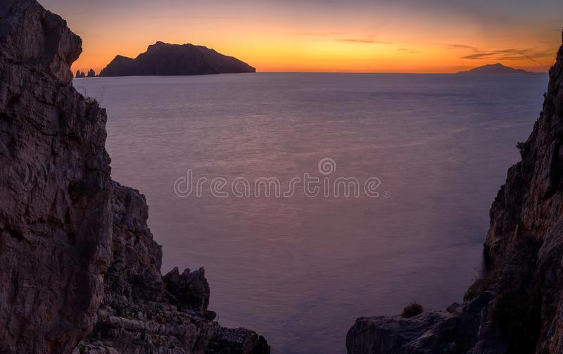 从岩石窗口的卡普里岛 图库摄影