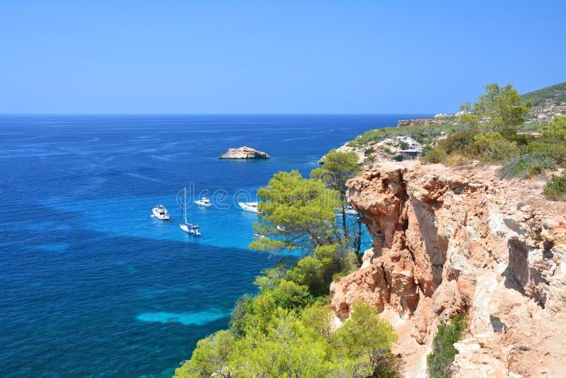 从峭壁的风景看法在turquise拜雷阿尔斯海 免版税库存照片