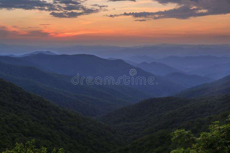 从崎岖的庭院的日落,蓝岭山行车通道, NC 免版税库存照片
