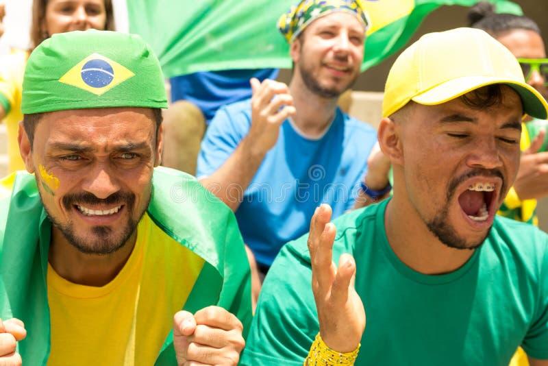 从巴西观看的足球比赛的朋友 免版税库存图片