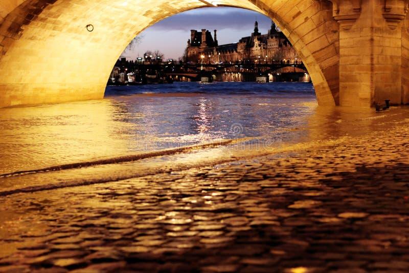 从巴黎桥梁新桥塞纳河洪水的天窗 图库摄影