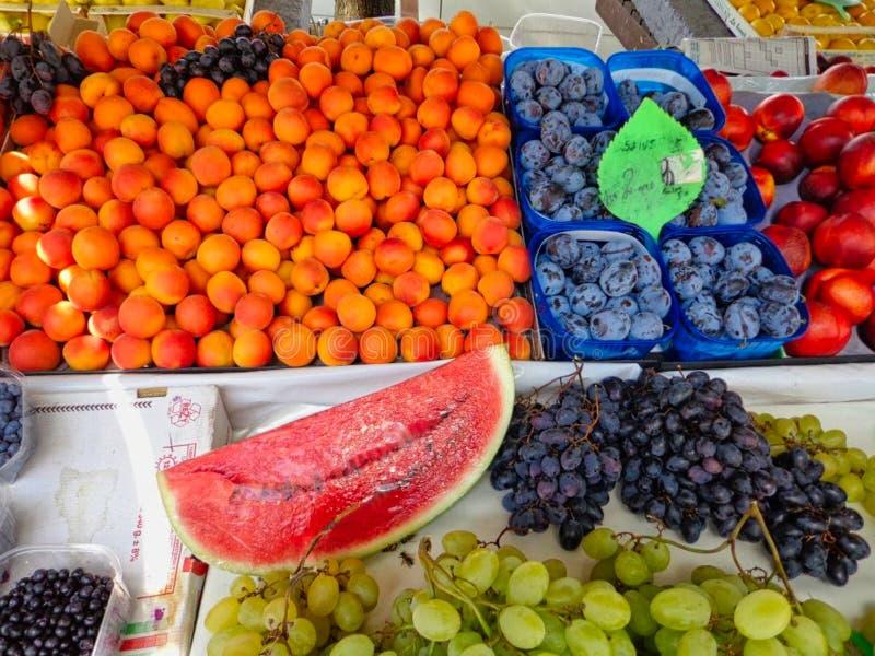 从市场的许多新鲜水果 免版税库存图片