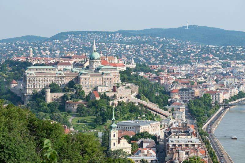 从布达城堡南部的看法在河多瑙河的西岸 免版税图库摄影
