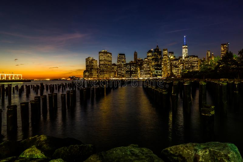 从布鲁克林大桥公园码头的纽约地平线都市风景更低的曼哈世界贸易中心自由塔 库存图片