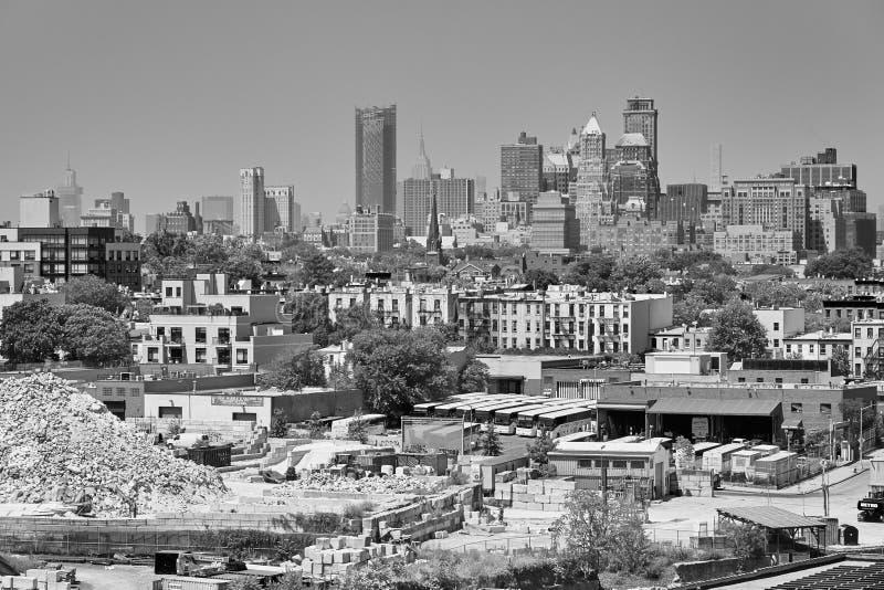 从布鲁克林工业邻里看见的曼哈顿在一个朦胧的夏日 库存照片