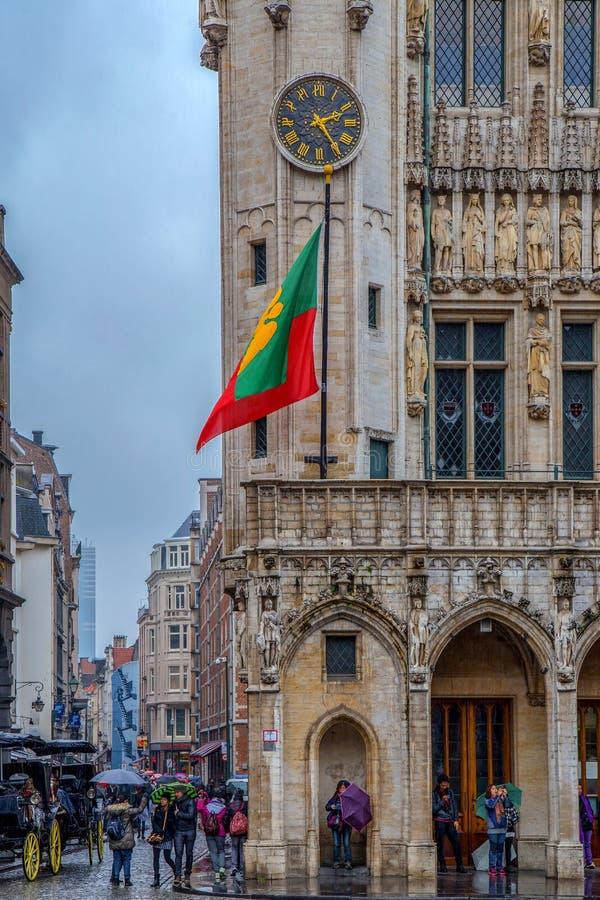 从布鲁塞尔大广场的看法近一条小街道的到城镇厅, 图库摄影