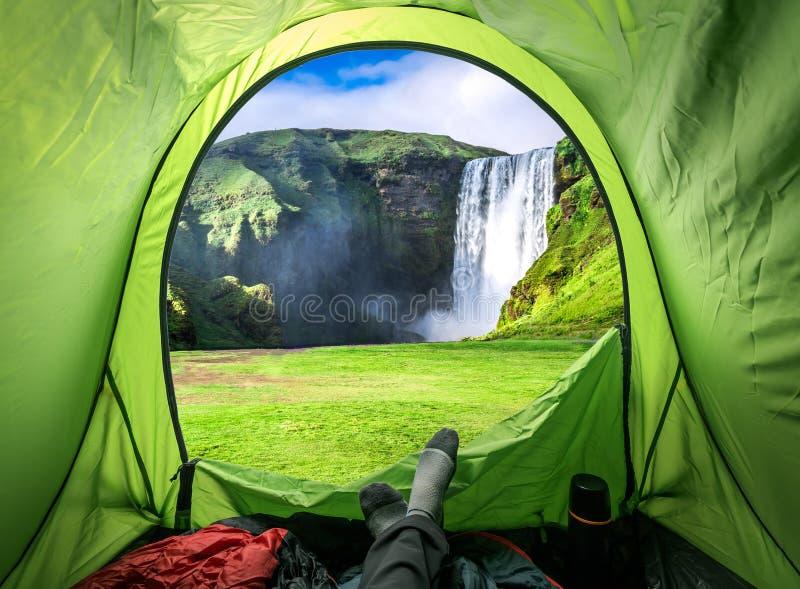 从帐篷和Skogafoss瀑布在夏天,冰岛的看法 库存照片