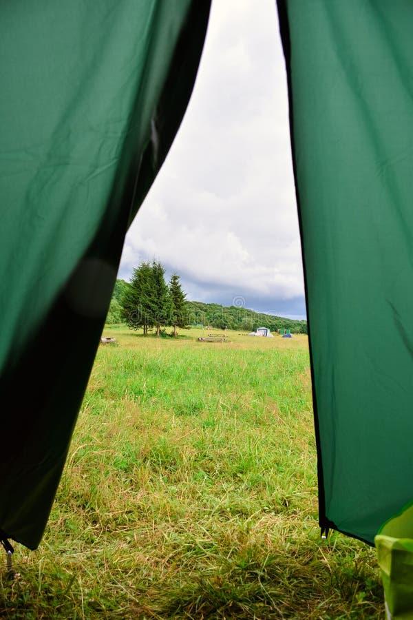 从帐篷的早晨视图 免版税库存图片