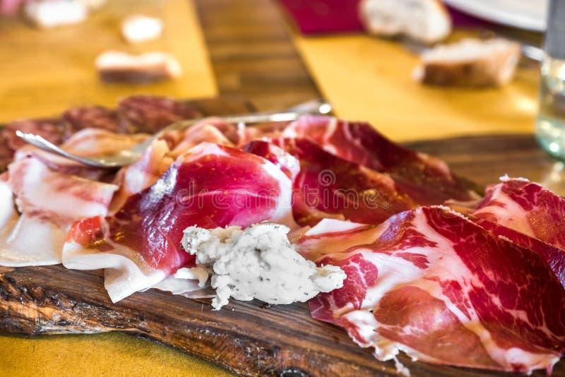 从帕尔马tagliere di affettati帕尔马意大利的砧板冷盘 免版税库存照片