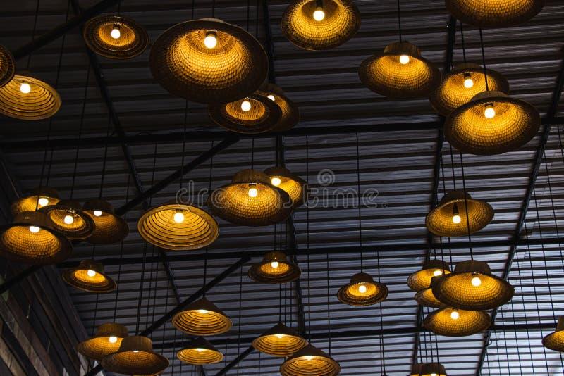 从帽子的被制造的灯由地方材料制成竹在餐馆里面在Amphawa浮动市场上是旅游最普遍的 免版税图库摄影