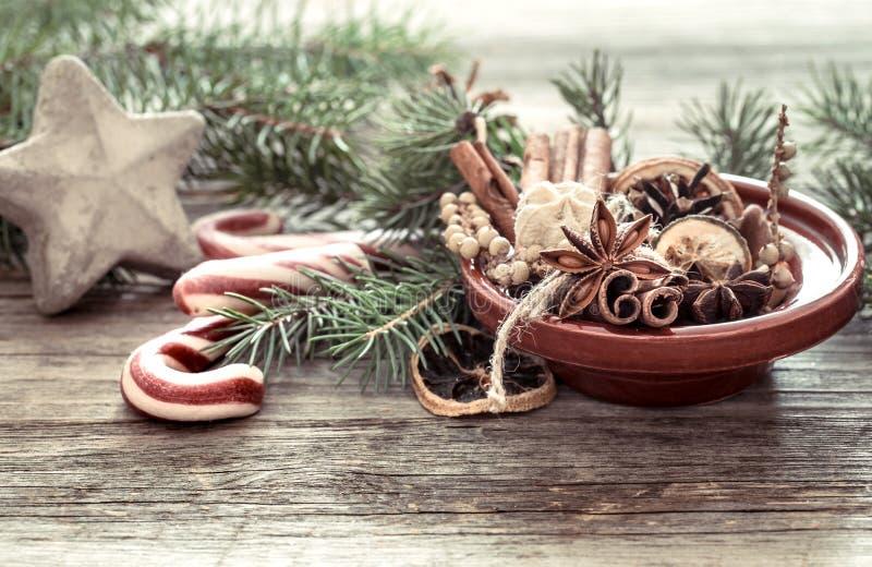 从干桔子、肉桂条和茴香星做的圣诞树在板材 免版税库存照片