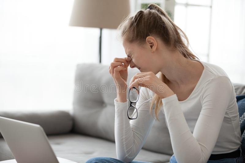 从干眼病综合症状的妇女痛苦在以后与计算机一起使用 库存照片