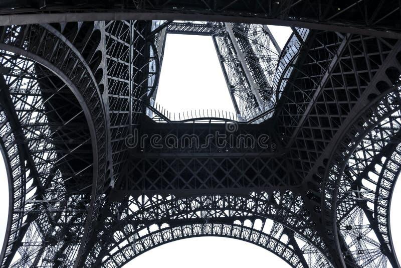 从底部的艾菲尔铁塔在巴黎,法国 免版税库存照片