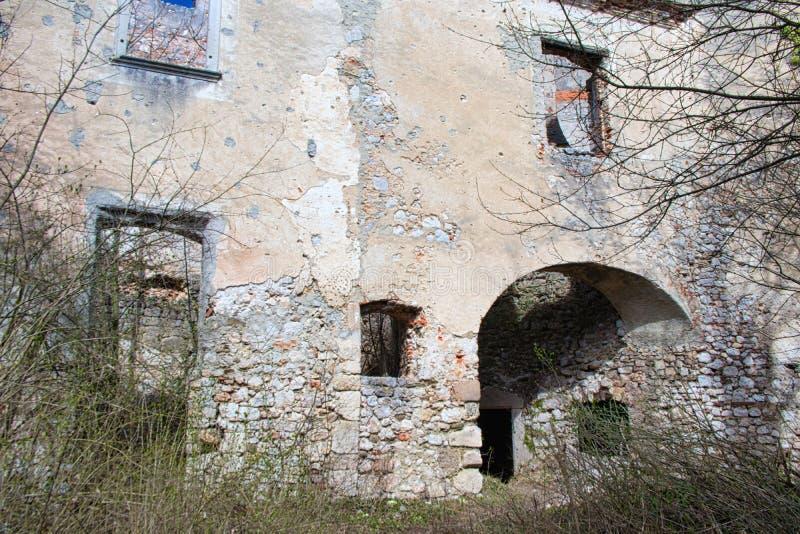 从废墟城堡的老墙壁 免版税库存图片