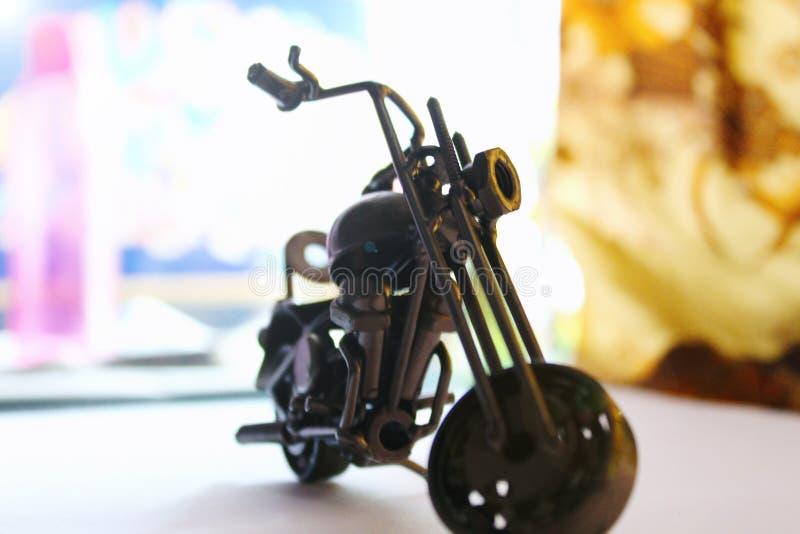 从废金属片断做的小金属摩托车 免版税图库摄影