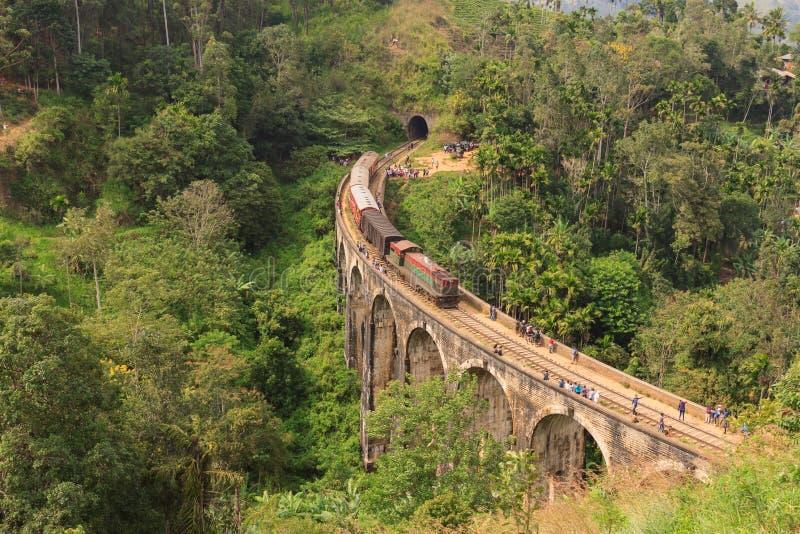 从康提的火车过九曲拱桥梁的埃拉的 库存照片