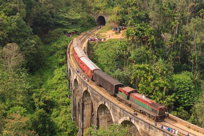 从康提的火车过九曲拱桥梁的埃拉的 免版税库存图片