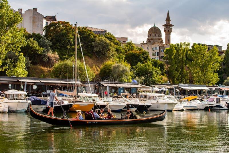 从康斯坦察罗马尼亚,长平底船航行的Tomis口岸 免版税库存图片