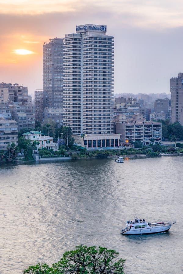 从开罗的日落场面在埃及显示尼罗和风船 免版税库存图片