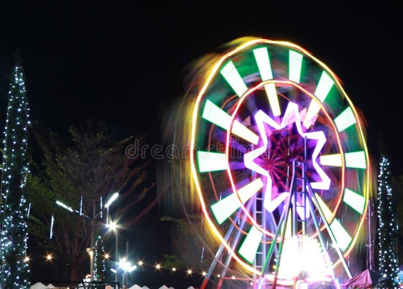 从弗累斯大转轮的抽象移动的光在夜间 运动在娱乐转盘的弗累斯大转轮 免版税库存图片
