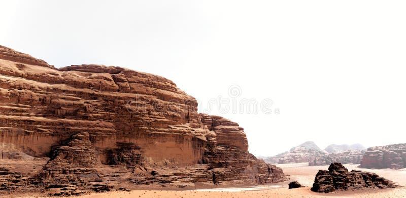从强大岩石风景的全景在瓦地伦,约旦沙漠  免版税图库摄影