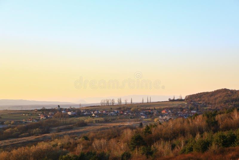 从很远的村庄,当太阳设置时 免版税库存照片