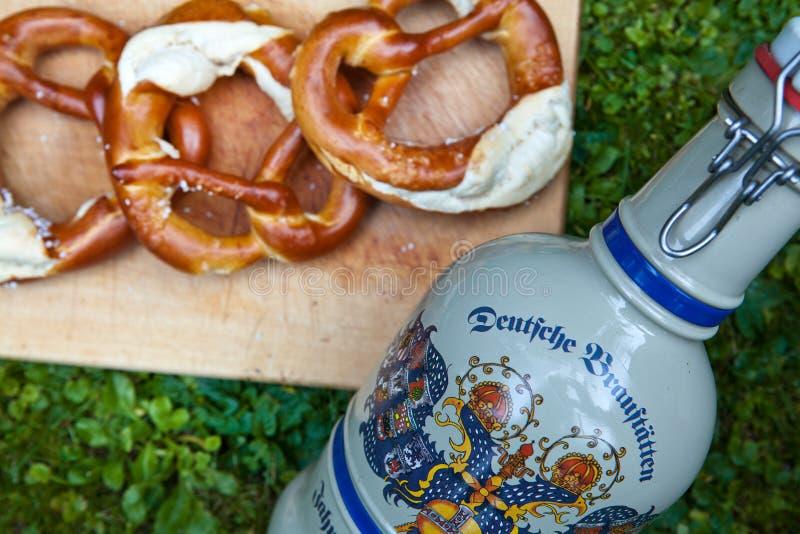 从德国Oktoberfest的新鲜的啤酒杯和椒盐脆饼 免版税库存照片
