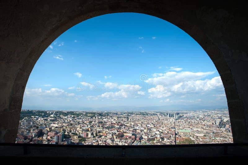 从意大利圣埃尔莫城堡拱门欣赏那不勒斯市景 库存图片