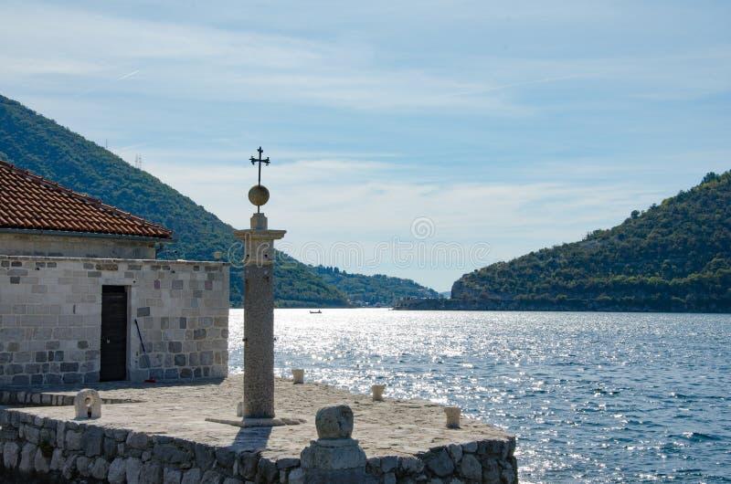 从我们的岩石的夫人,科托尔海湾,黑山的看法 免版税图库摄影