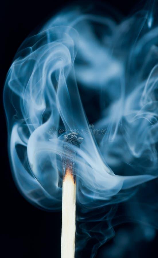 从投入的符合抽烟, 免版税库存图片