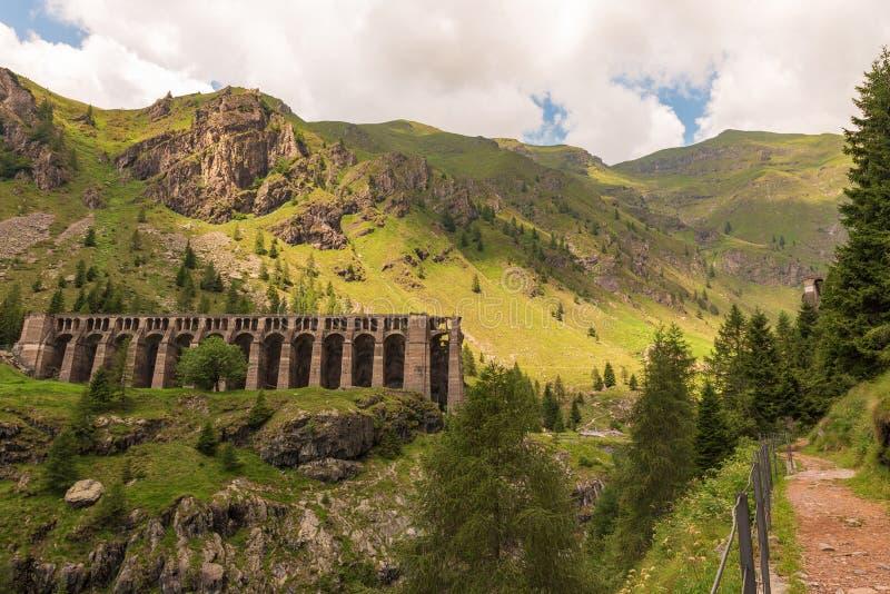 从抵达Val di Scalve的小路上,可欣赏到格莱诺大坝的早晨景色 免版税库存图片