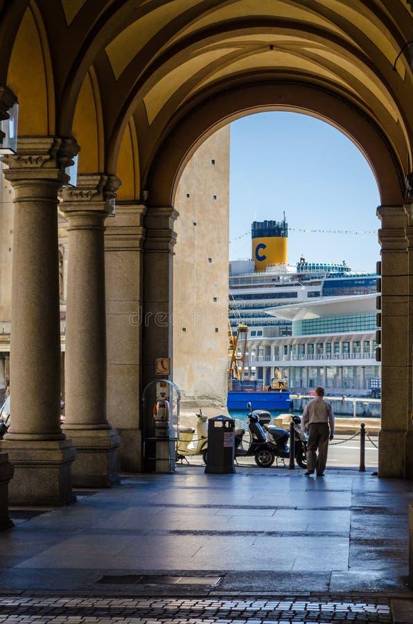从拱廊看见的游轮的细节 库存照片