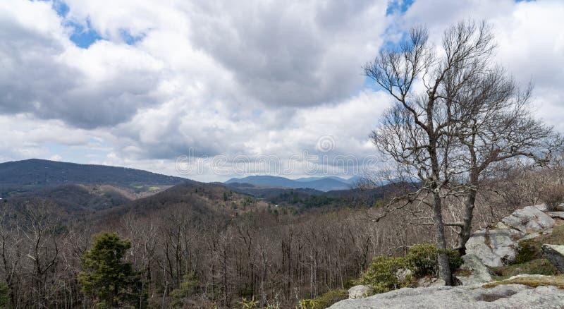 从掠夺岩石的看法在蓝岭山行车通道俯视  免版税库存图片