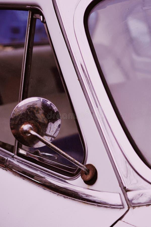 从接近突然上升的一辆老葡萄酒汽车的旁边镜子 免版税库存照片