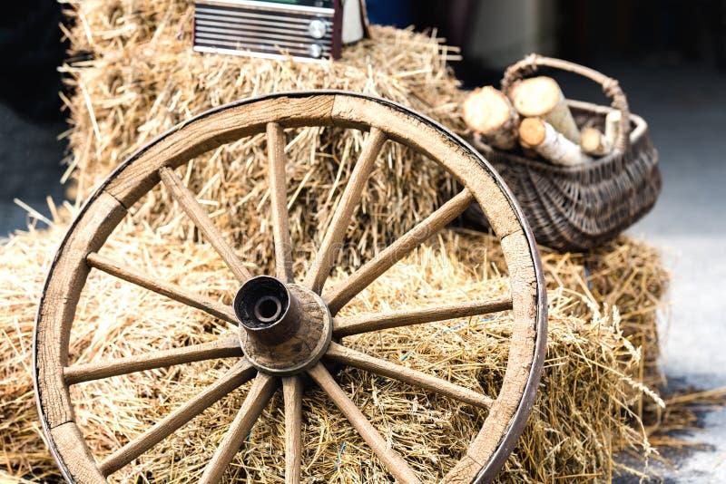 从推车的木轮子 免版税库存照片