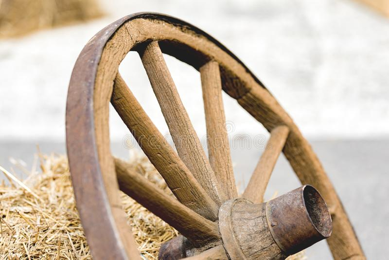 从推车的木轮子 免版税库存图片