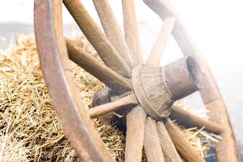 从推车的木轮子 库存图片